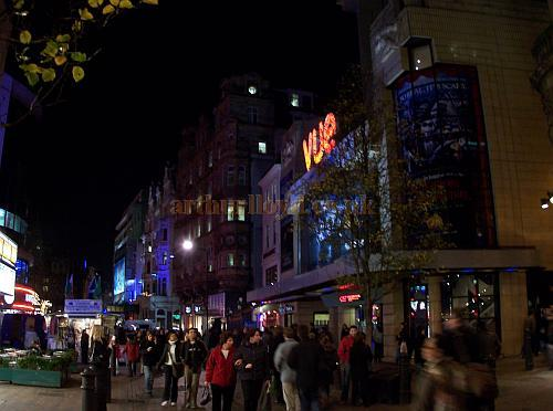 Vue West End, Leicester Square in December 2006, on the site of the former Daly's Theatre - Photo M.L.