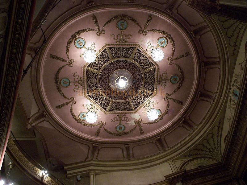 The ceiling and original Sunburner of the Harold Pinter Theatre in September 2009 - Photo M.L.