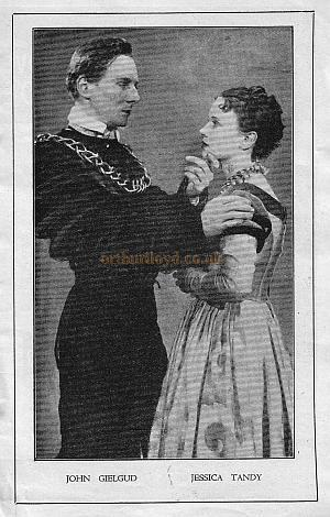 John Gielgud and Jessica Tandy in Hamlet at the New Theatre in 1935.