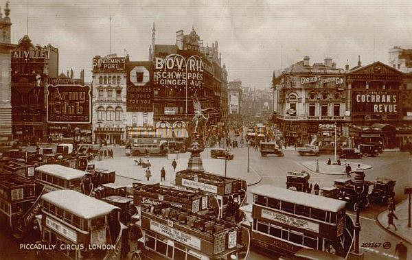 Postcard showing Piccadilly Circus and the London Pavilion, advertising Cochran's Revue