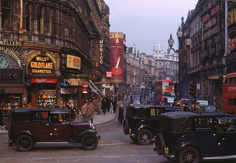Shaftesbury Avenue in 1949 - Photo Chalmers Butterfield