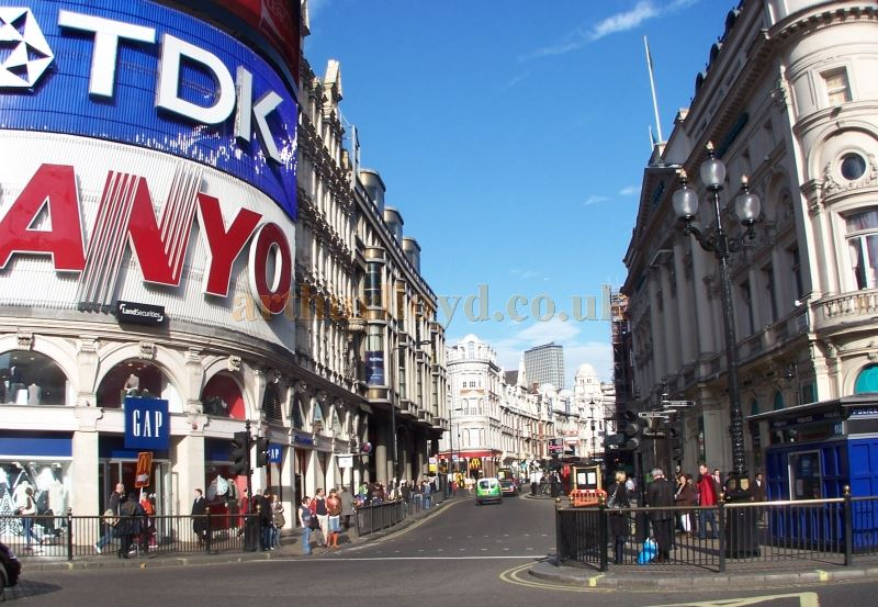 London's Shaftesbury Avenue in 2007 - Photo M.L.
